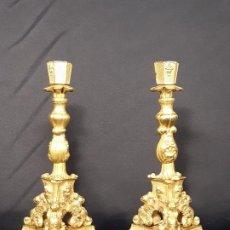 Antigüedades: PAREJA CANDELEROS. BRONCE DORADO. NAPOLEÓN III. FRANCIA. SIGLO XIX.. Lote 187769520