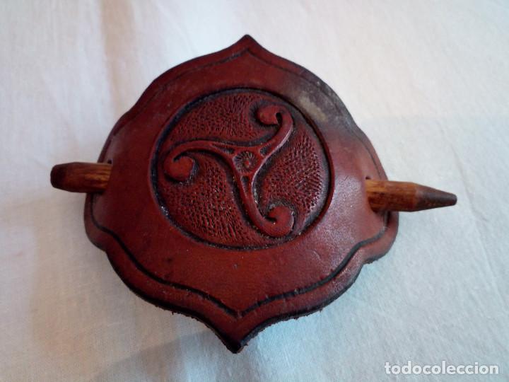Antigüedades: 151-ANTIGUO PASADOR DE PELO EN CUERO, triskel - Foto 2 - 188053420