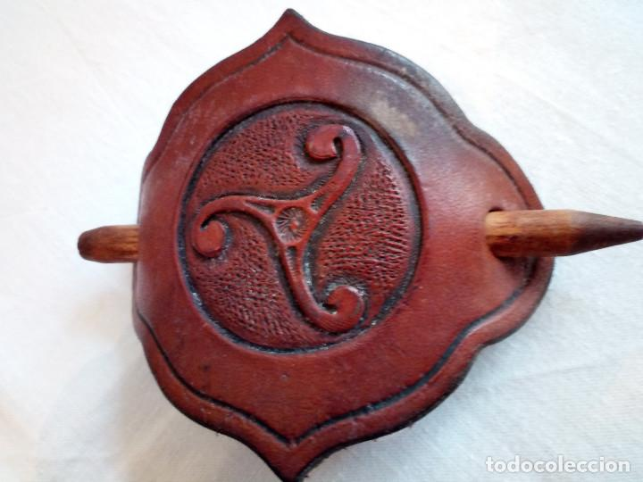 Antigüedades: 151-ANTIGUO PASADOR DE PELO EN CUERO, triskel - Foto 3 - 188053420