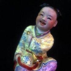 Antigüedades: FIGURA DE PORCELANA DE UNA NIÑA CHINA CON SELLO INCISO EN LA BASE NUMERADA. Lote 188361845