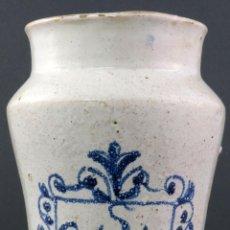 Antigüedades: ALBARELO BOTE DE FARMACIA EN CERÁMICA ESMALTADA BLANCA Y PINTADO EN AZUL DE TALAVERA SIGLO XVII. Lote 188454896