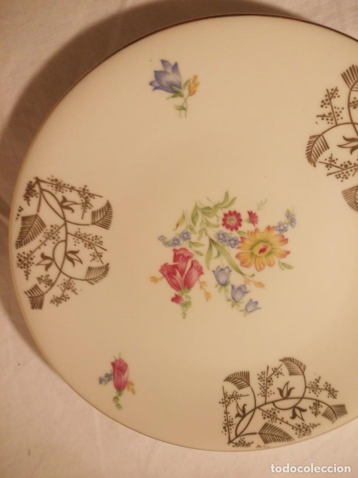 Antigüedades: Precioso plato de postre de porcelana bavaria,decorado con oro y flores. - Foto 2 - 188478771