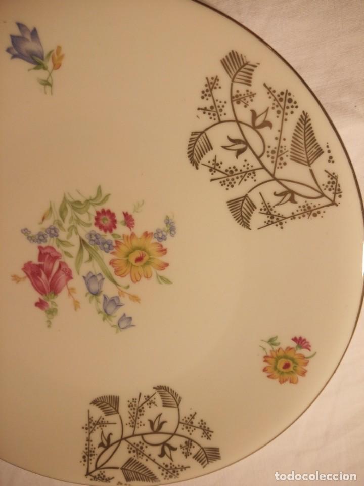 Antigüedades: Precioso plato de postre de porcelana bavaria,decorado con oro y flores. - Foto 3 - 188478771
