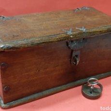 Antigüedades: PEQUEÑA ARQUETA DE ROBLE. S. XVII.. Lote 188506967