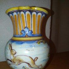 Antigüedades: JARRA CERÁMICA TALAVERA ( TOLEDO) CON LIEBRE RUIZ DE LUNA. Lote 188541877