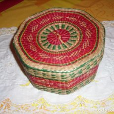 Antigüedades: PRECIOSA CAJA DE MIMBRE. VINTAGE. Lote 188543353