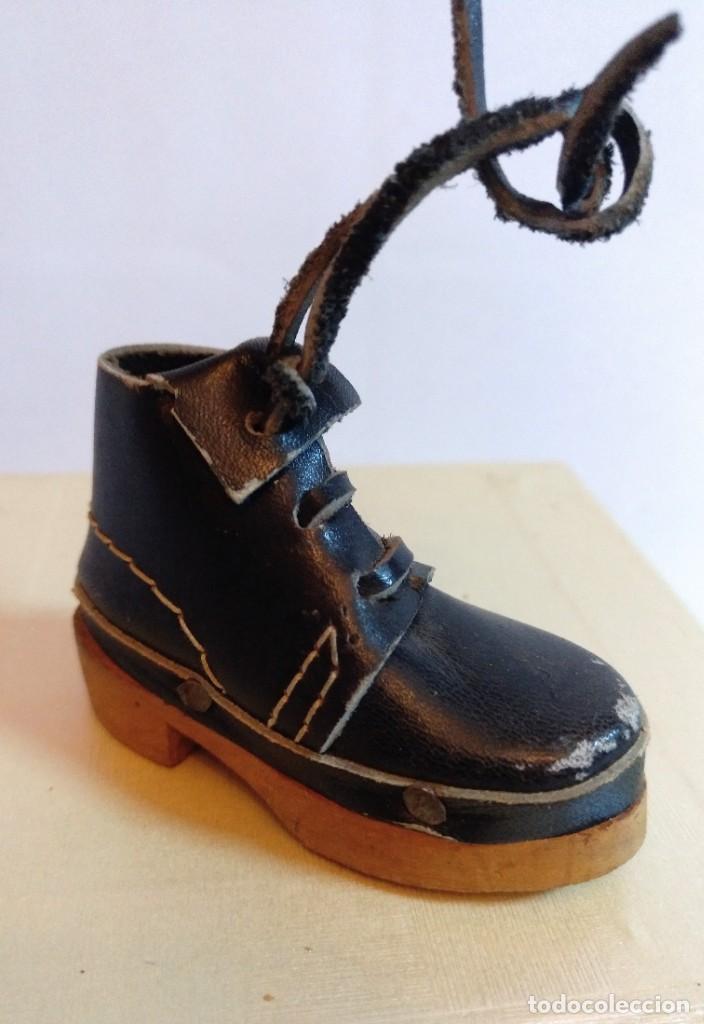 Antigüedades: 4 Pares de zapatos de cuero artesanales miniatura. - Foto 7 - 188600938