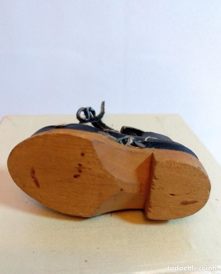 Antigüedades: 4 Pares de zapatos de cuero artesanales miniatura. - Foto 8 - 188600938