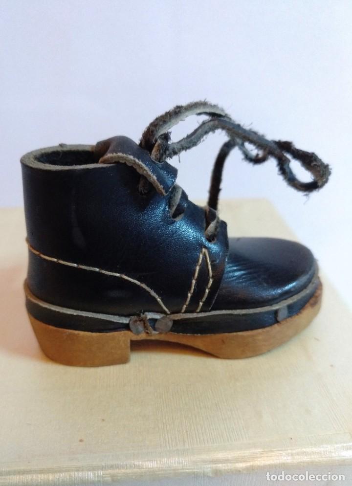 Antigüedades: 4 Pares de zapatos de cuero artesanales miniatura. - Foto 9 - 188600938