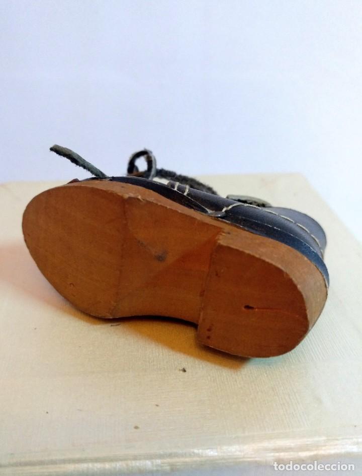 Antigüedades: 4 Pares de zapatos de cuero artesanales miniatura. - Foto 11 - 188600938