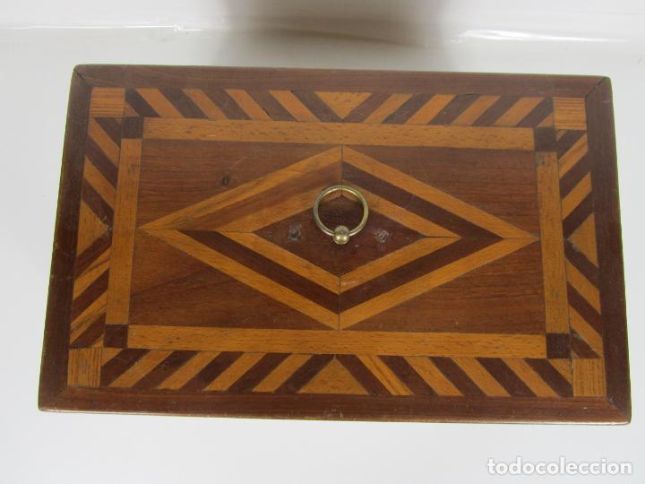 Antigüedades: Curiosa Caja de Sobremesa, Joyero - Decoración con Diferentes Madera Nobles - S. XIX - Foto 3 - 188621110