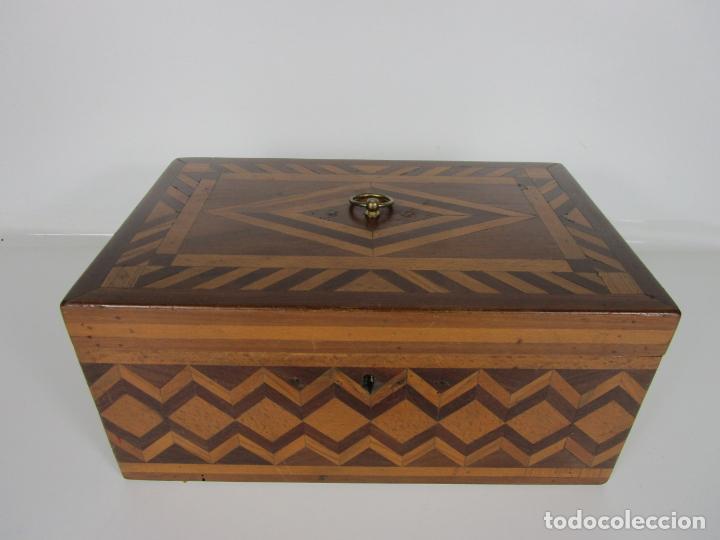 Antigüedades: Curiosa Caja de Sobremesa, Joyero - Decoración con Diferentes Madera Nobles - S. XIX - Foto 5 - 188621110