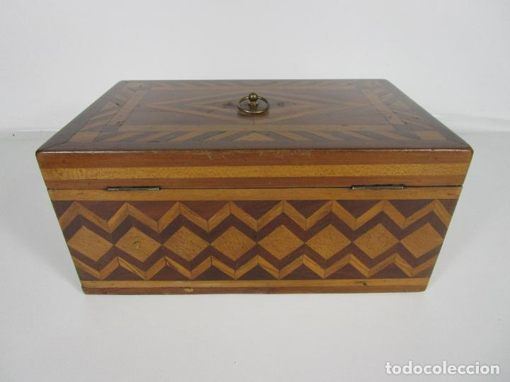 Antigüedades: Curiosa Caja de Sobremesa, Joyero - Decoración con Diferentes Madera Nobles - S. XIX - Foto 7 - 188621110