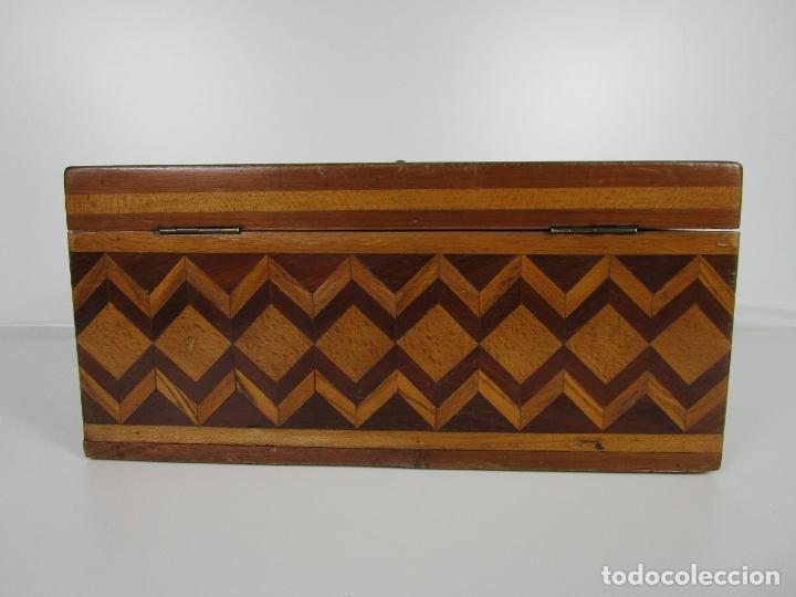Antigüedades: Curiosa Caja de Sobremesa, Joyero - Decoración con Diferentes Madera Nobles - S. XIX - Foto 8 - 188621110