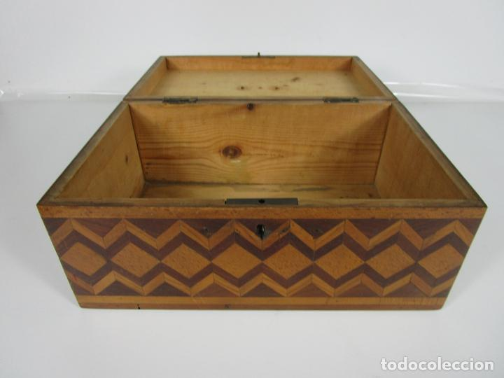 Antigüedades: Curiosa Caja de Sobremesa, Joyero - Decoración con Diferentes Madera Nobles - S. XIX - Foto 13 - 188621110