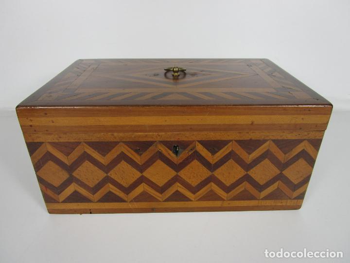 Antigüedades: Curiosa Caja de Sobremesa, Joyero - Decoración con Diferentes Madera Nobles - S. XIX - Foto 14 - 188621110