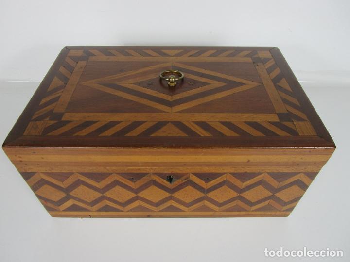 Antigüedades: Curiosa Caja de Sobremesa, Joyero - Decoración con Diferentes Madera Nobles - S. XIX - Foto 15 - 188621110