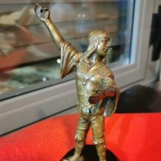 Antigüedades: PRECIOSA ESCULTURA DE BRONCE. PORTAESTANDARTE. MEDIEVAL. Lote 188681700
