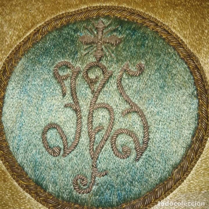 Antigüedades: Antiguo escudo bordado a mano en hilo de seda y oro, siglo xix - Foto 2 - 188441757