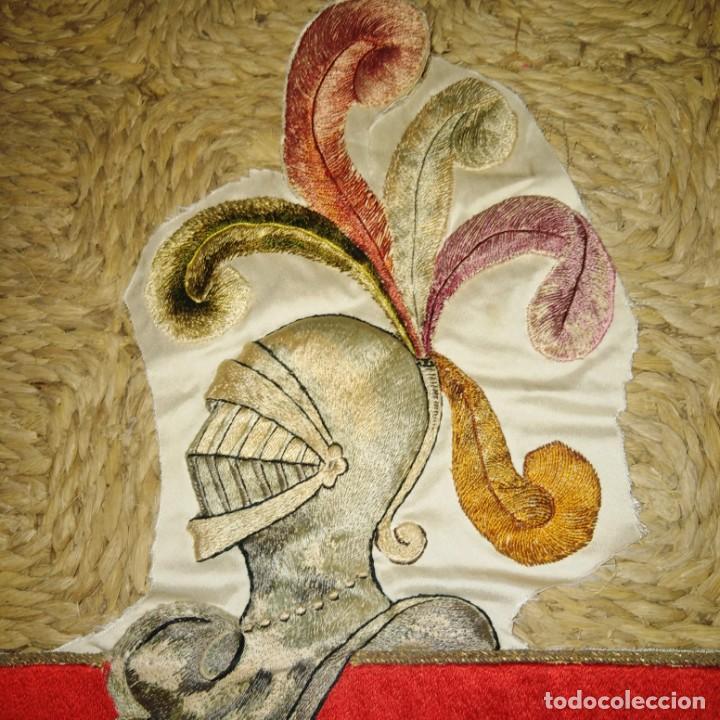 Antigüedades: Antiguo escudo bordado a mano en hilo de seda y oro, siglo xix - Foto 3 - 188441757