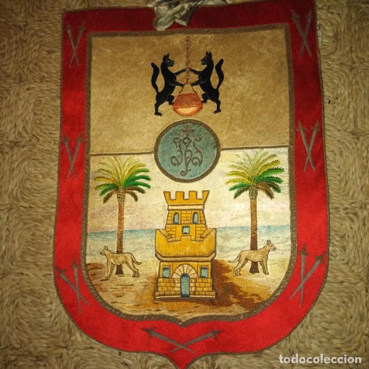 Antigüedades: Antiguo escudo bordado a mano en hilo de seda y oro, siglo xix - Foto 5 - 188441757