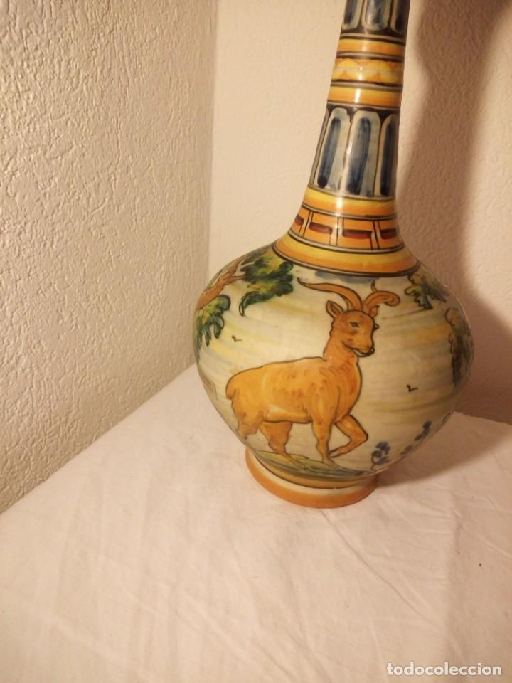 Antigüedades: antiguo jarrón con asa talavera s.t moneda,escenas de aves y ciervo - Foto 2 - 188742317