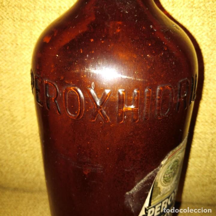 Antigüedades: Antigua botella de cristal de agua oxigenada de Peroxhidril Espinar Sevilla - Foto 2 - 188746717