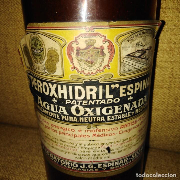 Antigüedades: Antigua botella de cristal de agua oxigenada de Peroxhidril Espinar Sevilla - Foto 3 - 188746717