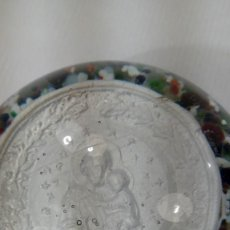 Antigüedades: PISAPAPELES. CRISTAL BACCARAT CON MEDALLÓN EN SULFURO. SAN JOSÉ CON EL NIÑO JESÚS. SIGLO XIX.. Lote 188748078