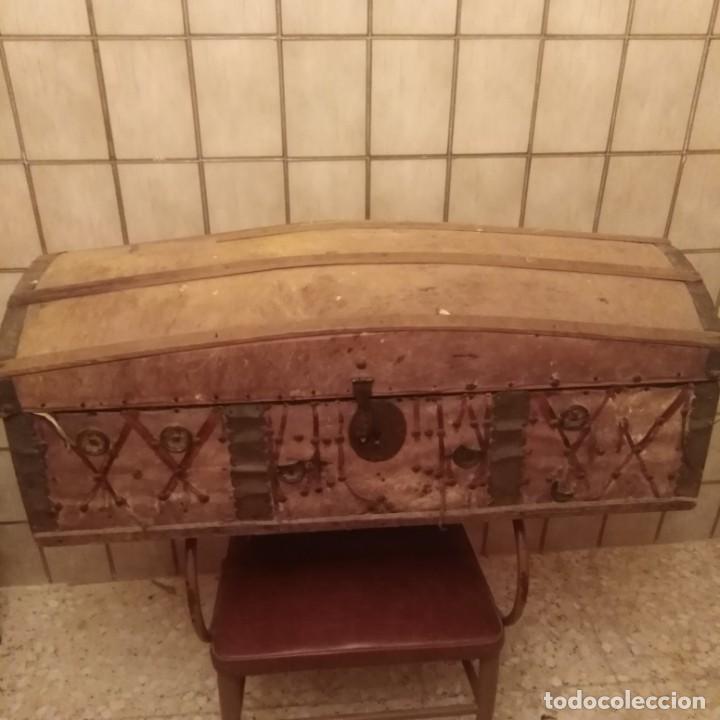 ARCÓN ESPAÑOL DE MADERA Y PIEL DEL SIGLO XVIII (Antigüedades - Muebles Antiguos - Baúles Antiguos)