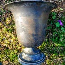 Antigüedades: GRAN COPA DE JARDÍN PRECIOSA DE BRONCE. Lote 188843730