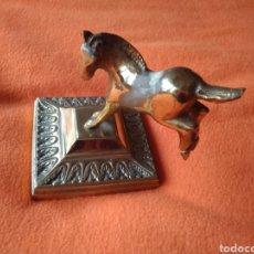 Antigüedades: CABALLO SOBRE PEANA. BRONCE.. Lote 188938243