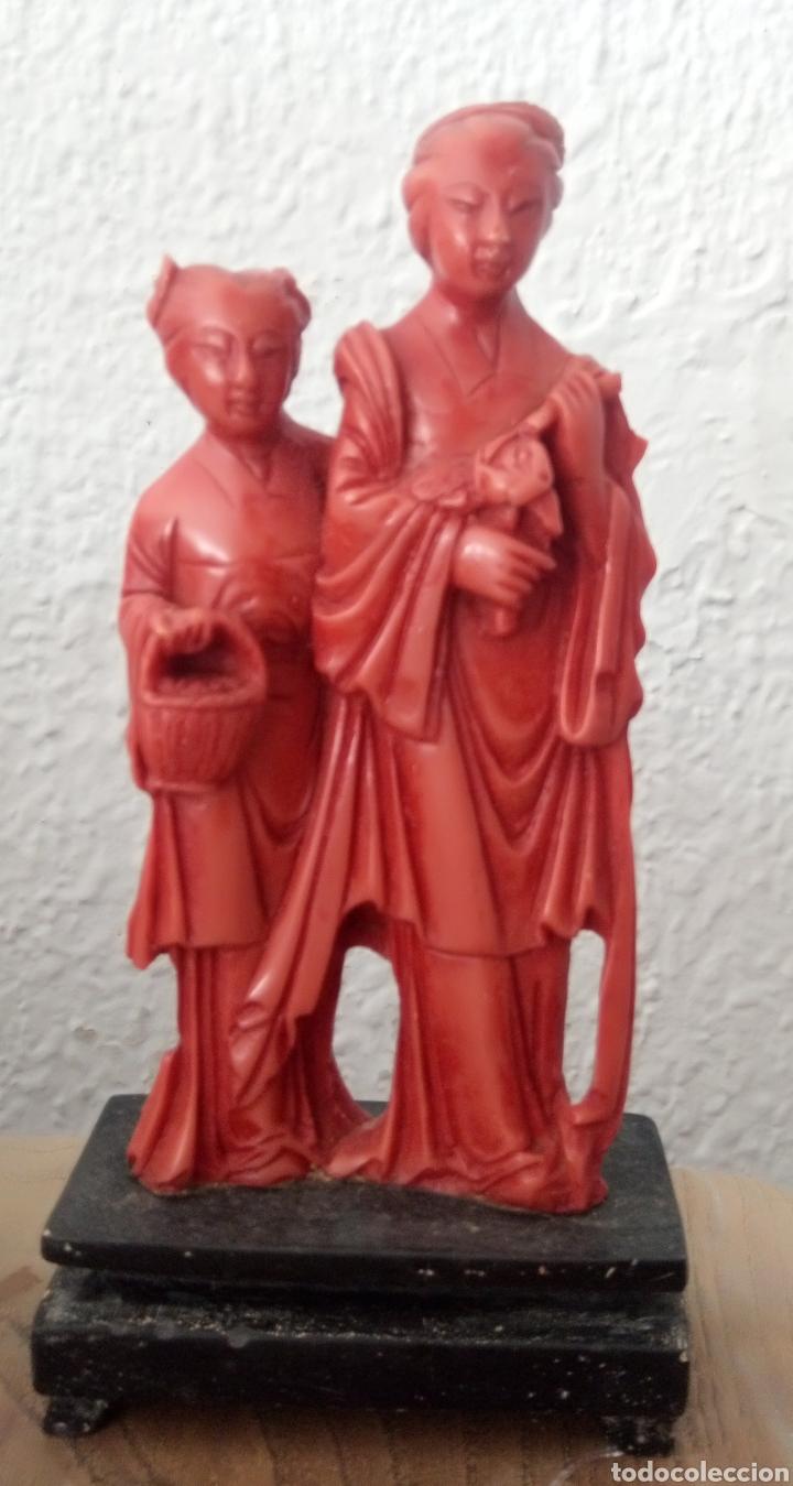 FIGURA CHINA DE RESINA CON PEANA (Antigüedades - Hogar y Decoración - Otros)