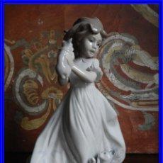 Antigüedades: FIGURA DE PORCELANA DE LLADRO NIÑA CON GATOS. Lote 189129920