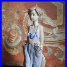 Antigüedades: GRACIOSA FIGURA DE LLADRO DE UN NIÑO CON FLORES Y SOMBRERO SON PARA TI. Lote 189130095