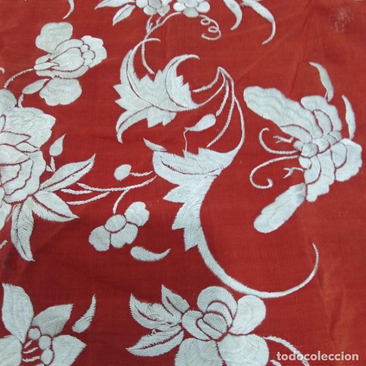 Antigüedades: Antiguo Manton de Manila isabelino, primera época, bordado a mano en color marfil sobre fondo coral. - Foto 9 - 184382356