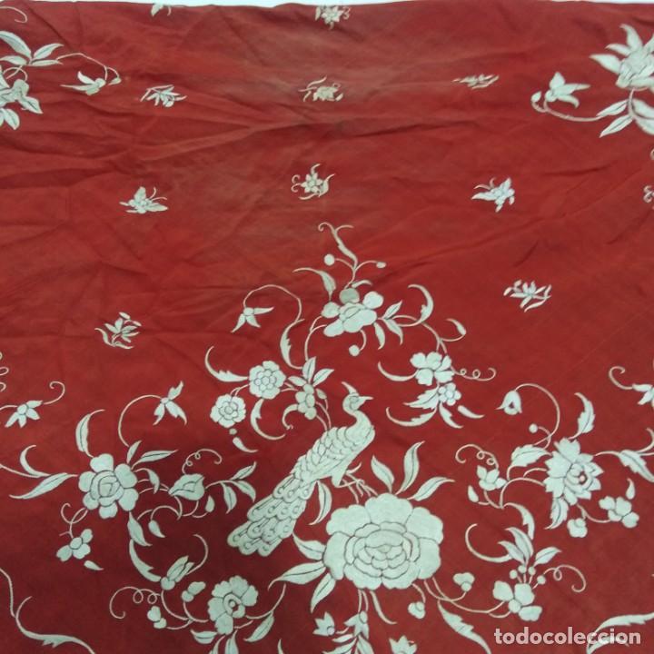 Antigüedades: Antiguo Manton de Manila isabelino, primera época, bordado a mano en color marfil sobre fondo coral. - Foto 12 - 184382356