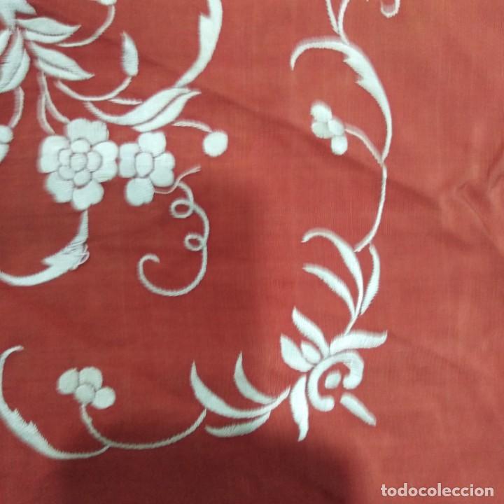 Antigüedades: Antiguo Manton de Manila isabelino, primera época, bordado a mano en color marfil sobre fondo coral. - Foto 13 - 184382356