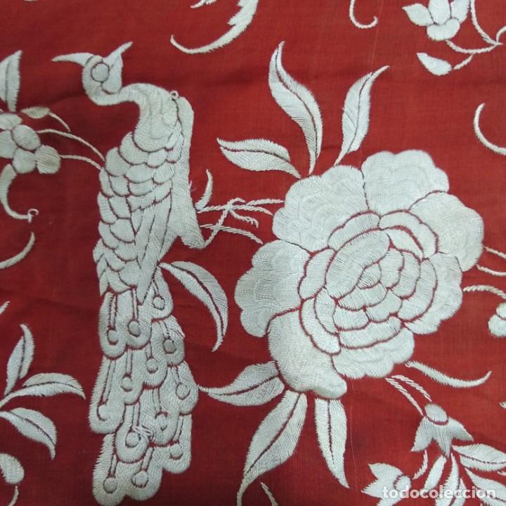 Antigüedades: Antiguo Manton de Manila isabelino, primera época, bordado a mano en color marfil sobre fondo coral. - Foto 15 - 184382356