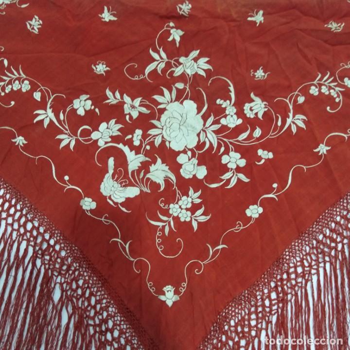 Antigüedades: Antiguo Manton de Manila isabelino, primera época, bordado a mano en color marfil sobre fondo coral. - Foto 18 - 184382356