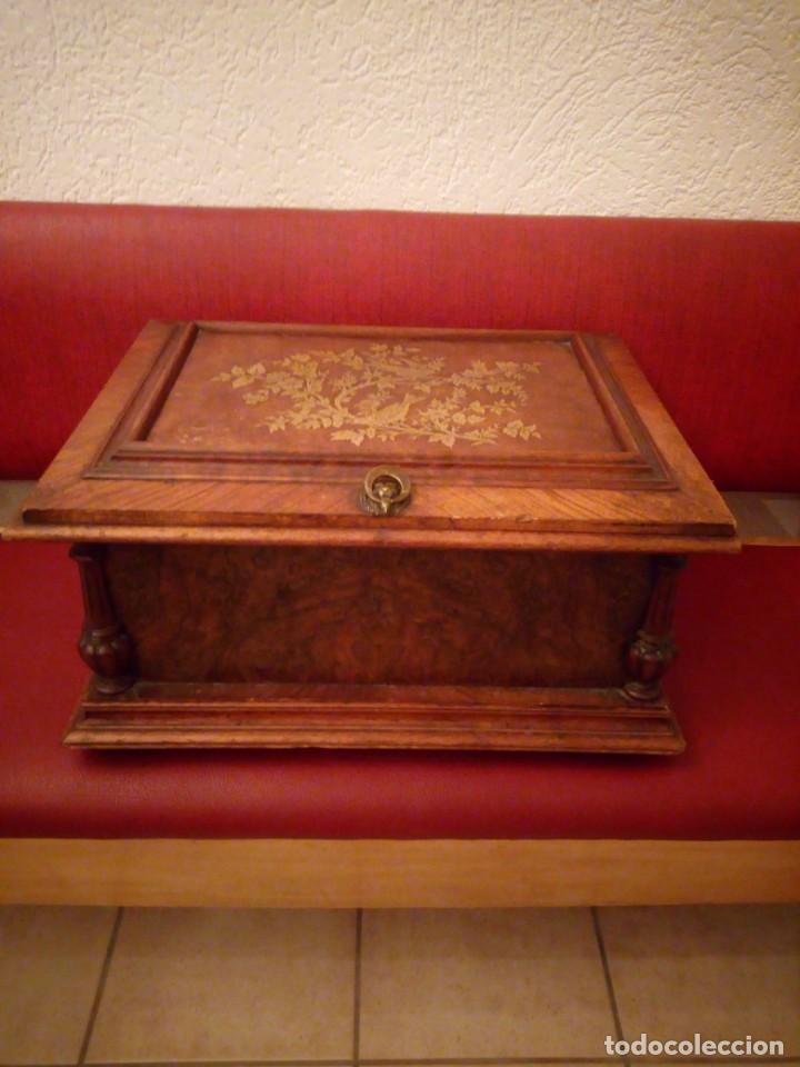 ANTIGUO BAÚL COFRE DE DESPACHO DE MADERA DE ROBLE DE RAÍZ CON INCRUSTACIONES Y ADORNOS DE BRONCE. (Antigüedades - Muebles Antiguos - Baúles Antiguos)