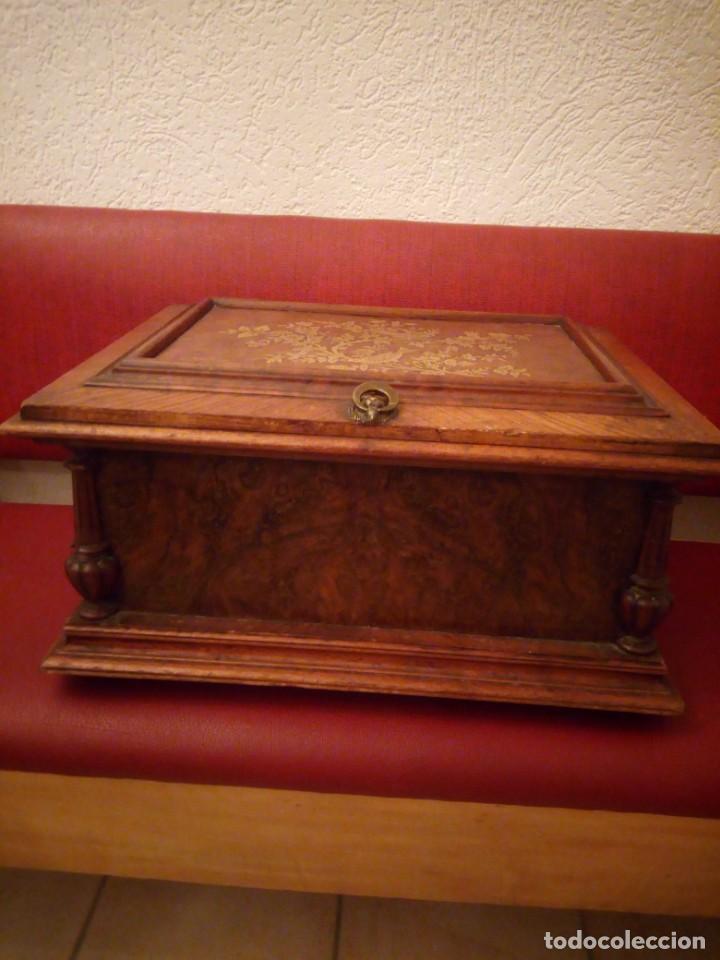 Antigüedades: Antiguo baúl cofre de despacho de madera de roble de raíz con incrustaciones y adornos de bronce. - Foto 2 - 189143608