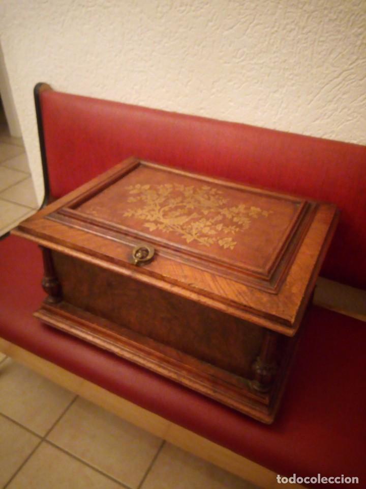 Antigüedades: Antiguo baúl cofre de despacho de madera de roble de raíz con incrustaciones y adornos de bronce. - Foto 3 - 189143608