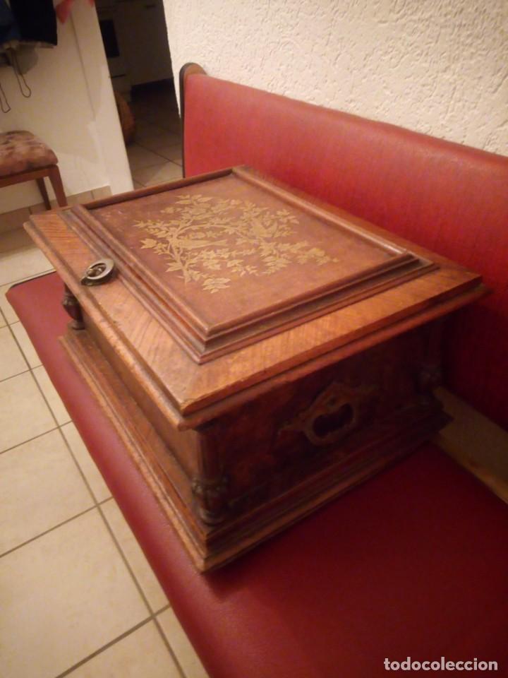 Antigüedades: Antiguo baúl cofre de despacho de madera de roble de raíz con incrustaciones y adornos de bronce. - Foto 4 - 189143608