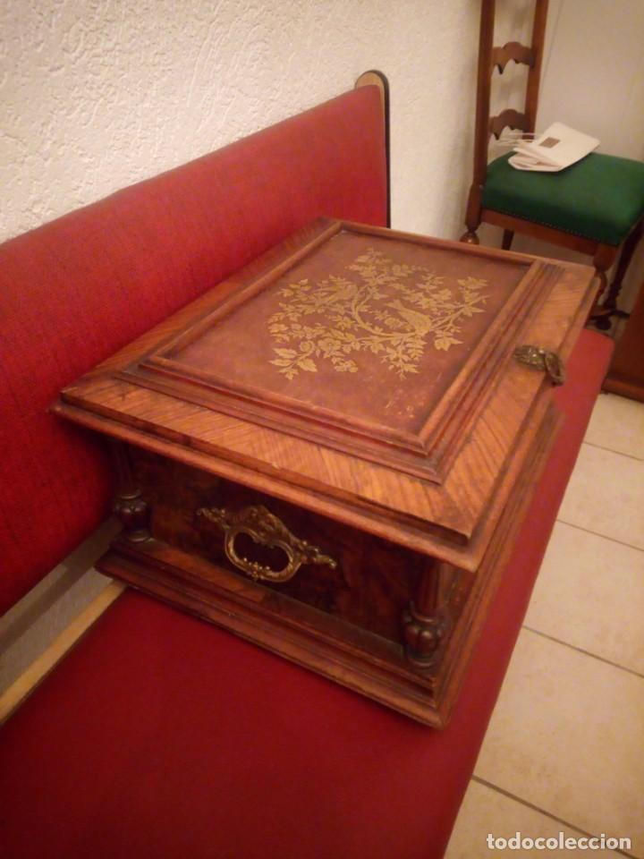 Antigüedades: Antiguo baúl cofre de despacho de madera de roble de raíz con incrustaciones y adornos de bronce. - Foto 5 - 189143608
