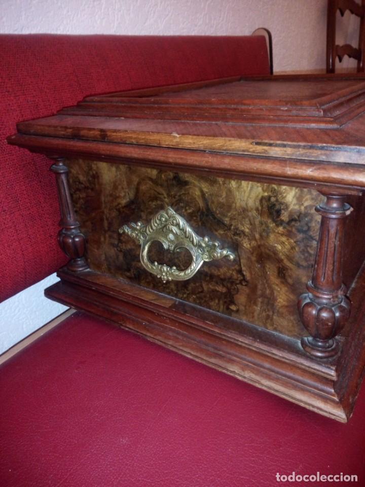 Antigüedades: Antiguo baúl cofre de despacho de madera de roble de raíz con incrustaciones y adornos de bronce. - Foto 7 - 189143608