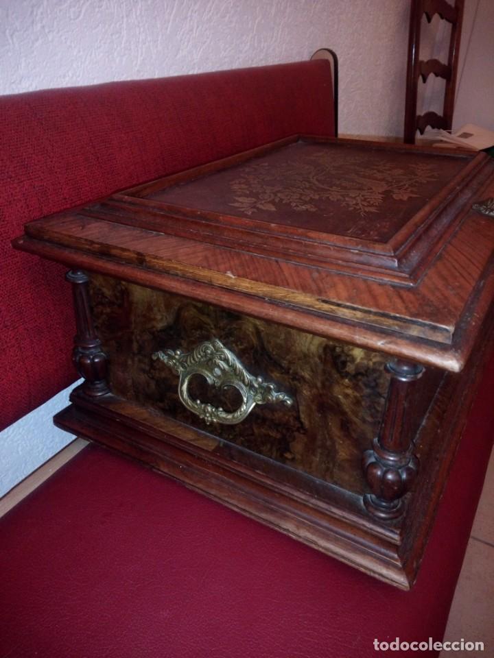 Antigüedades: Antiguo baúl cofre de despacho de madera de roble de raíz con incrustaciones y adornos de bronce. - Foto 8 - 189143608