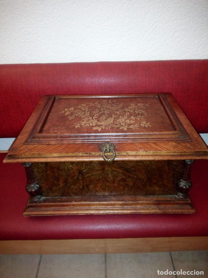 Antigüedades: Antiguo baúl cofre de despacho de madera de roble de raíz con incrustaciones y adornos de bronce. - Foto 9 - 189143608
