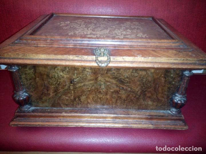Antigüedades: Antiguo baúl cofre de despacho de madera de roble de raíz con incrustaciones y adornos de bronce. - Foto 13 - 189143608