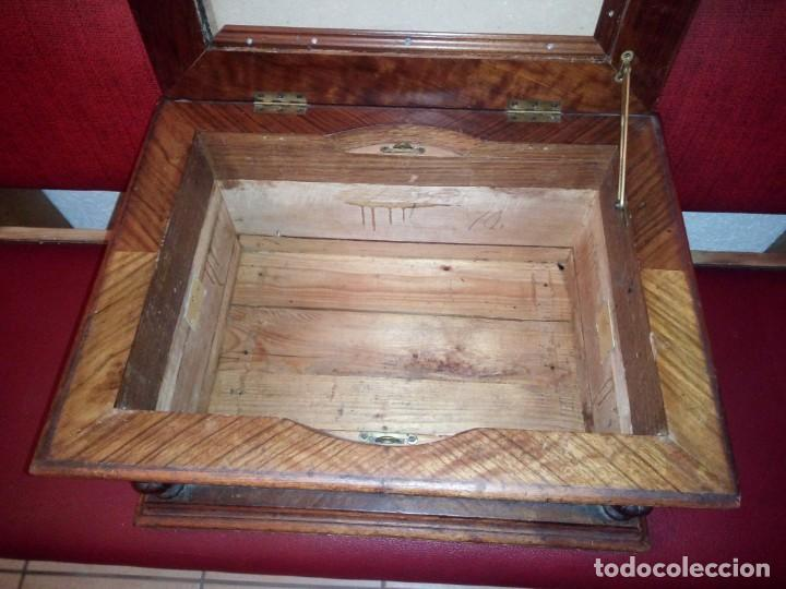 Antigüedades: Antiguo baúl cofre de despacho de madera de roble de raíz con incrustaciones y adornos de bronce. - Foto 15 - 189143608